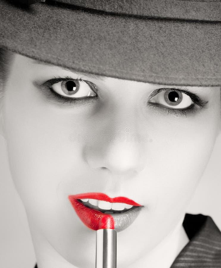 Retrato de la mujer con estilo con los labios rojos brillantes imagenes de archivo