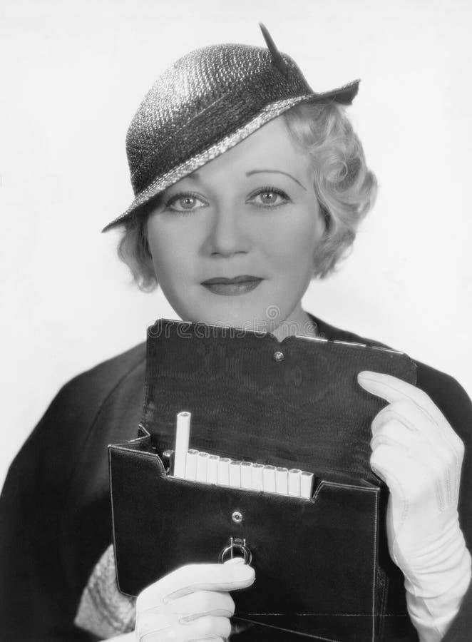 Retrato de la mujer con la caja de cigarrillo (todas las personas representadas no son vivas más largo y ningún estado existe Gar foto de archivo libre de regalías