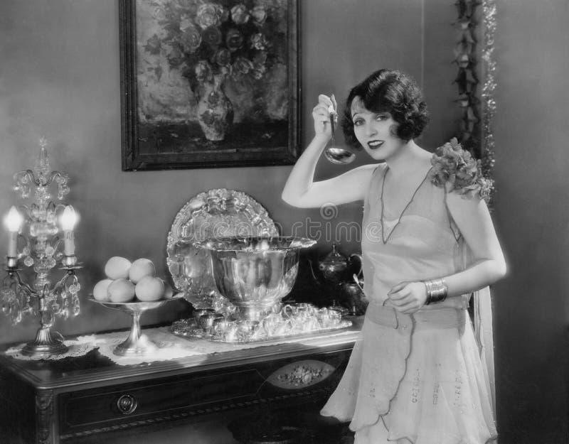 Retrato de la mujer con la cucharón y el cuenco de sacador imágenes de archivo libres de regalías