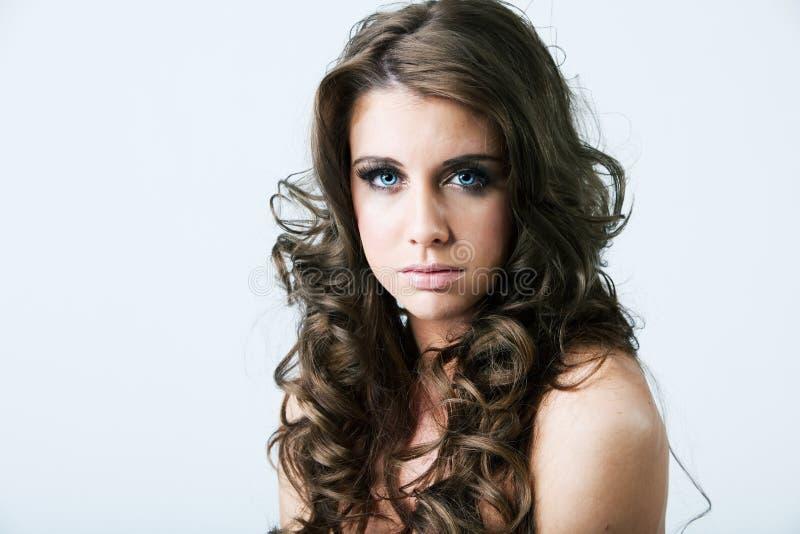 Retrato de la mujer con los ojos azules y el pelo largo foto de archivo