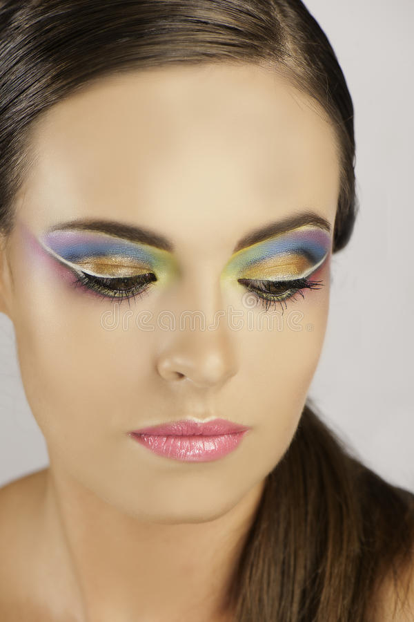 Retrato de la mujer con maquillaje colorido foto de archivo