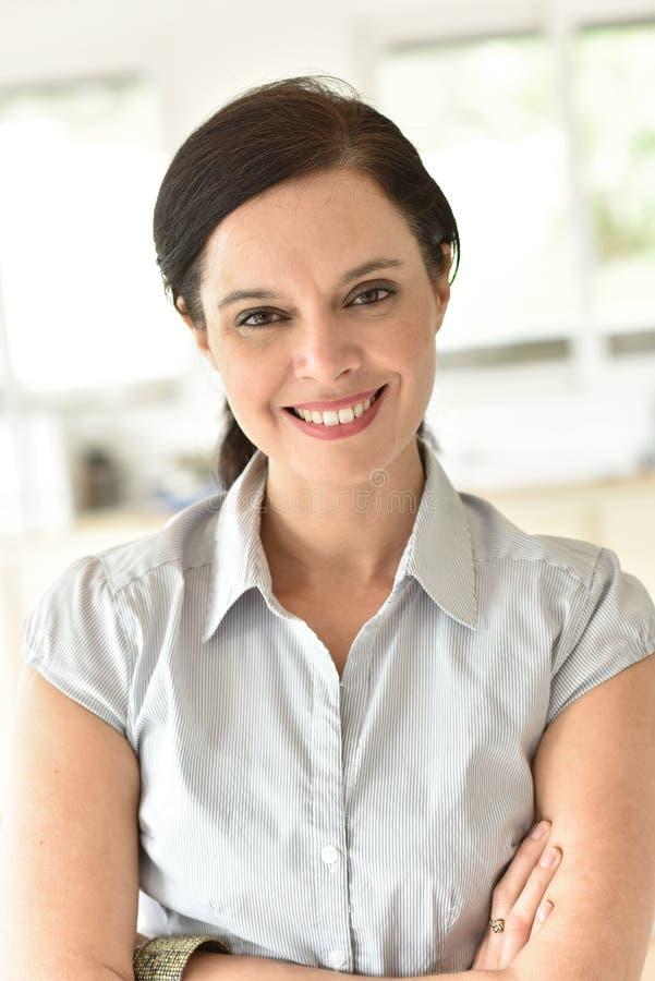 Retrato de la mujer de 40 años sonriente imagen de archivo libre de regalías