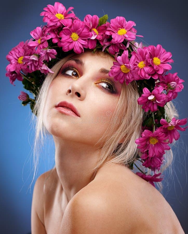 Retrato de la mujer de la belleza con la guirnalda fotos de archivo libres de regalías