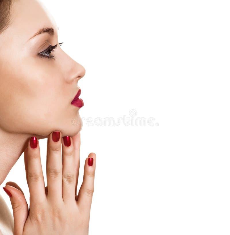 Retrato de la mujer de la belleza con la manicura brillante roja fotos de archivo libres de regalías