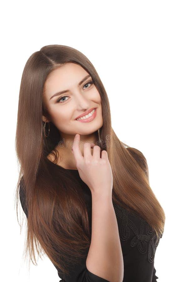 Retrato de la mujer de la belleza del goce alegre hermoso de la muchacha adolescente con el pelo marrón largo y la piel limpia ais fotografía de archivo libre de regalías