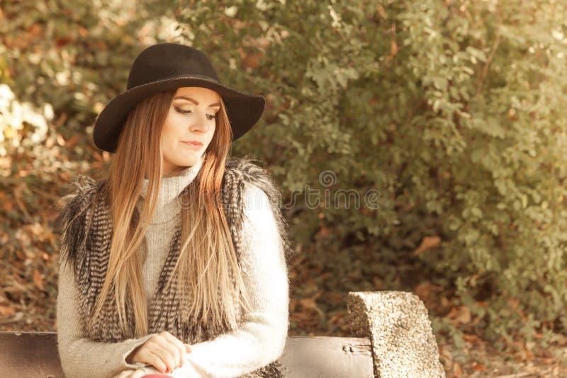 Retrato de la mujer de la belleza en sombrero imagen de archivo libre de regalías