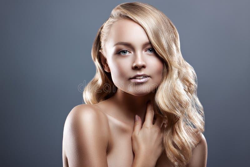 Retrato de la mujer de la belleza Piel fresca perfecta de la muchacha hermosa del balneario Concepto del cuidado de la juventud y imagen de archivo
