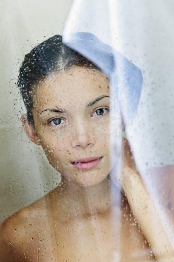 Retrato de la mujer de la ducha fotografía de archivo libre de regalías