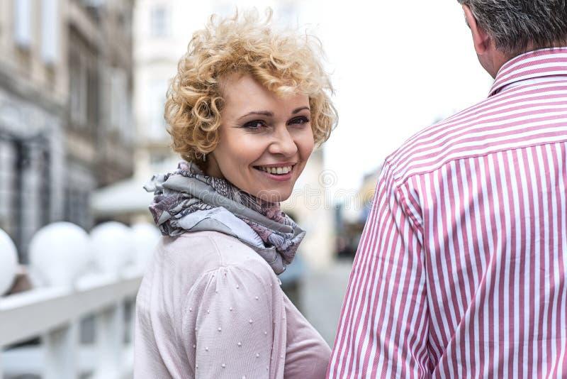 Retrato de la mujer de mediana edad feliz con el hombre al aire libre imagenes de archivo