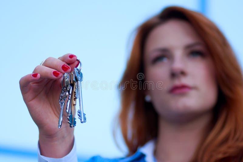 Retrato de la mujer de negocios bonita con llaves imagenes de archivo