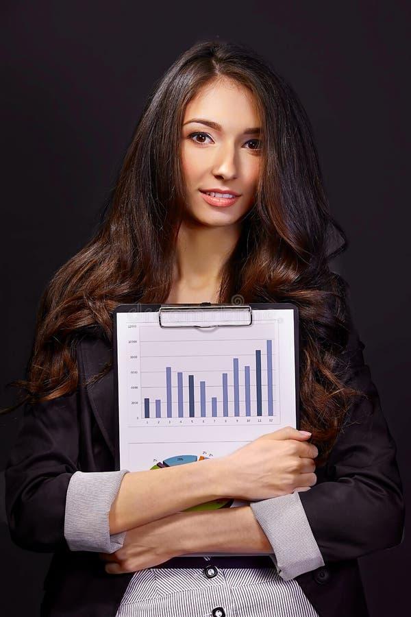 Retrato de la mujer de negocios con la carpeta de papel fotos de archivo