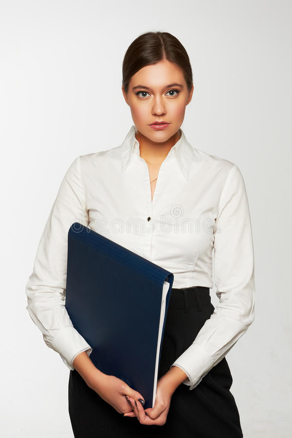 Retrato de la mujer de negocios con la carpeta de papel foto de archivo