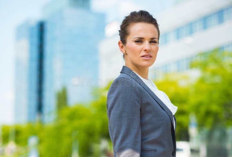 Retrato de la mujer de negocios confiada en distrito de oficina moderno foto de archivo libre de regalías