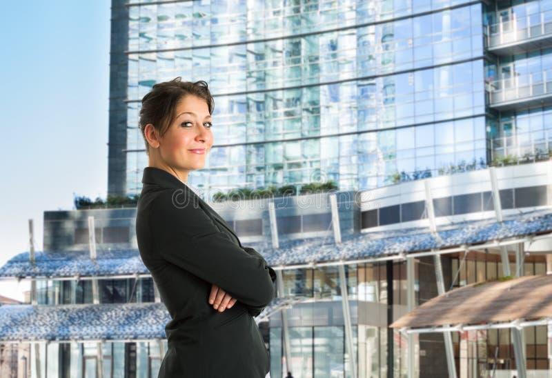 Retrato de la mujer de negocios delante de un edificio del negocio imagenes de archivo