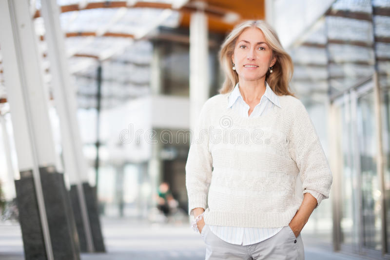 Retrato de la mujer de negocios delante de un edificio del negocio fotos de archivo libres de regalías