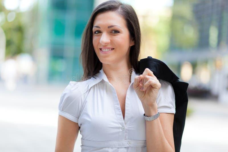 Retrato de la mujer de negocios delante de un edificio del negocio imagen de archivo