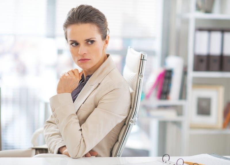 Retrato de la mujer de negocios en cuestión en oficina foto de archivo