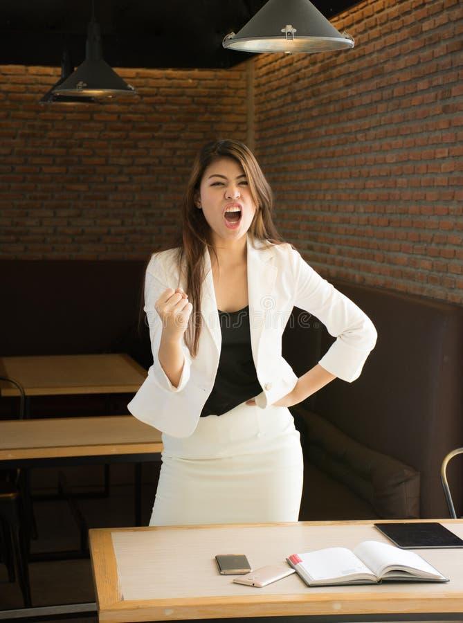 Retrato de la mujer de negocios feliz en cafetería, disfrutando de un éxito realmente impresionante, danza de la victoria, recomp imagenes de archivo