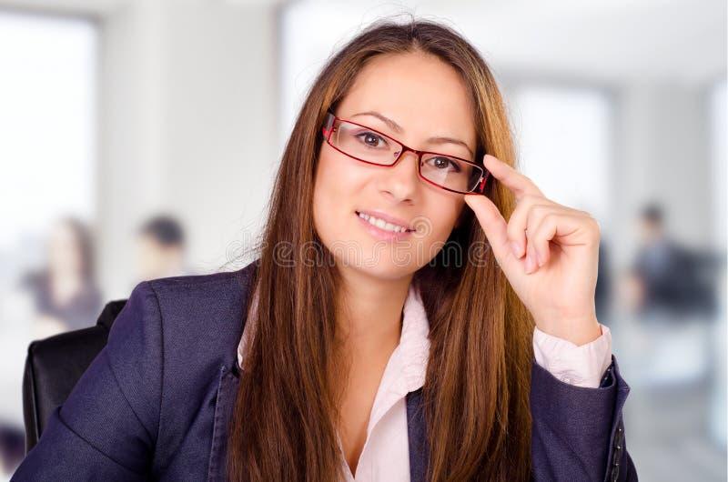 Retrato de la mujer de negocios hermosa con los vidrios fotos de archivo libres de regalías
