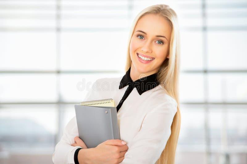 Download Retrato De La Mujer De Negocios Joven Imagen de archivo - Imagen de corporativo, gente: 42430839