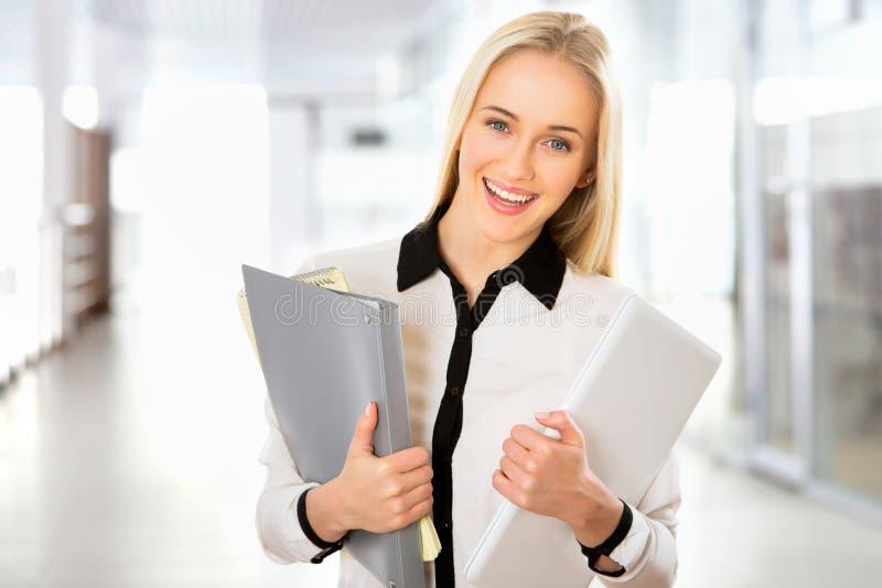 Download Retrato De La Mujer De Negocios Joven Foto de archivo - Imagen de hermoso, businesswoman: 42430842