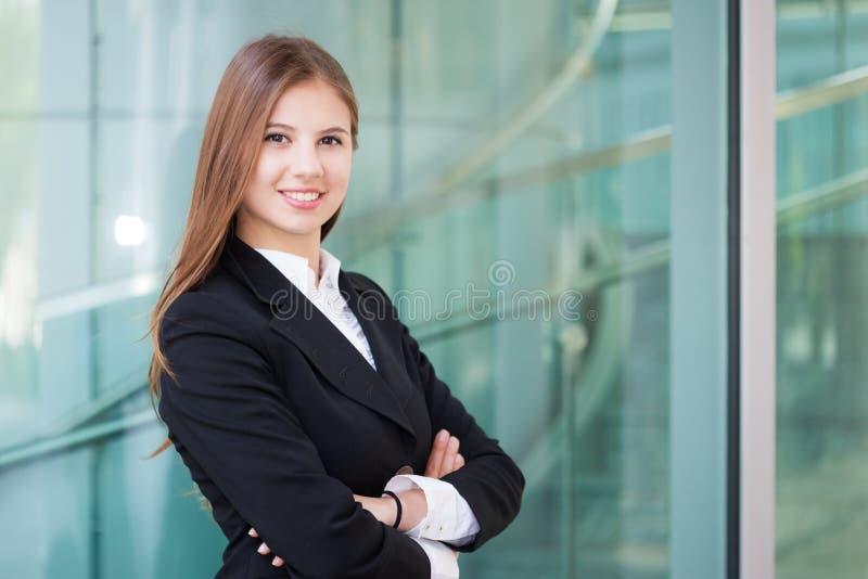 Retrato de la mujer de negocios joven feliz fotografía de archivo libre de regalías
