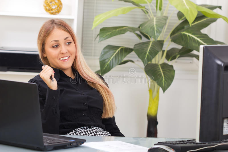 Retrato de la mujer de negocios joven feliz que piensa en algo fotos de archivo libres de regalías