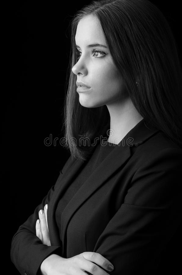 Retrato de la mujer de negocios joven hermosa aislada en negro fotografía de archivo libre de regalías
