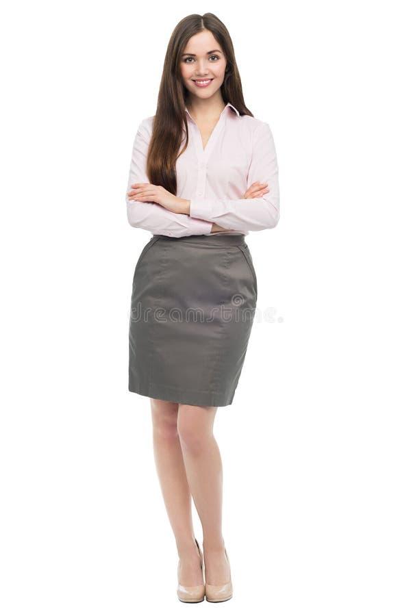 Retrato de la mujer de negocios joven que se coloca con los brazos cruzados imágenes de archivo libres de regalías