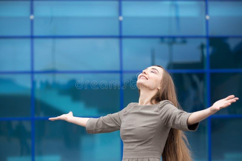 Retrato de la mujer de negocios que siente feliz con los brazos abiertos Copie el SP foto de archivo