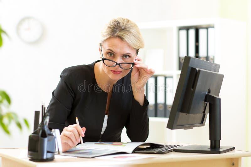 Retrato de la mujer de negocios seria linda fotos de archivo