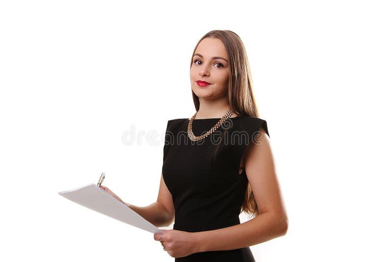 Retrato de la mujer de negocios sonriente con el papel en blanco, aislado encendido foto de archivo
