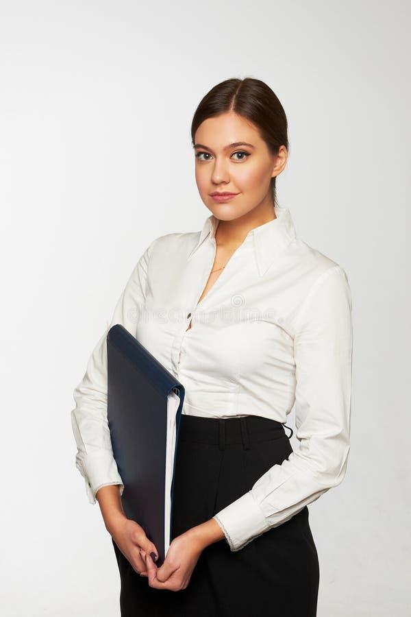 Retrato de la mujer de negocios sonriente con la carpeta de papel foto de archivo