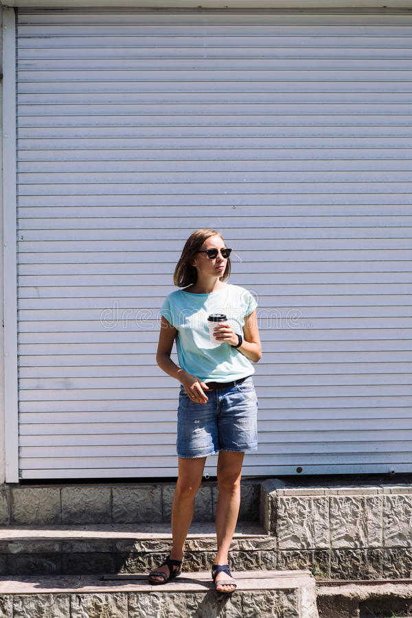 Retrato de la mujer de pelo corto con el café de la taza que mira lejos imágenes de archivo libres de regalías
