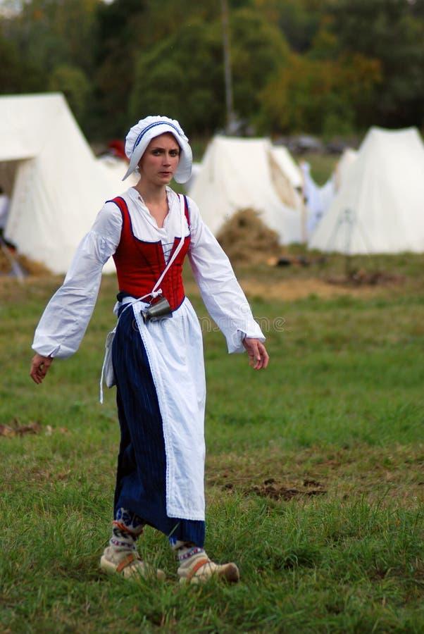 Retrato de la mujer de Reenactor Ella camina y mira la cámara imagen de archivo libre de regalías