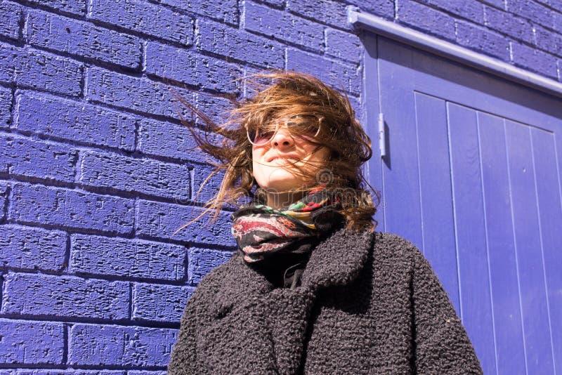 Retrato de la mujer del inconformista con el viento que ensucia su pelo imagen de archivo