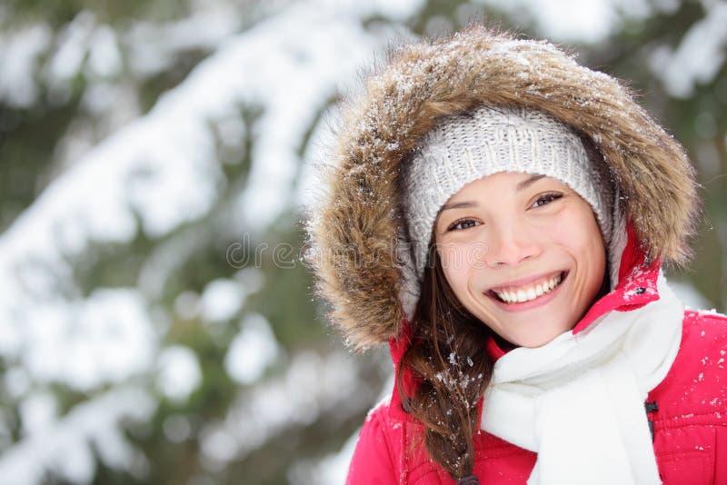 Retrato de la mujer del invierno al aire libre imagenes de archivo