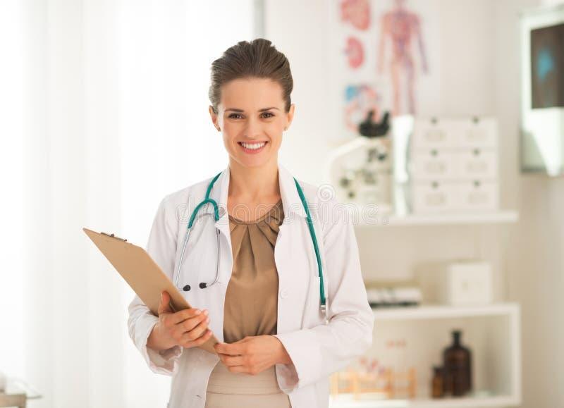Retrato de la mujer del médico con el tablero fotos de archivo libres de regalías