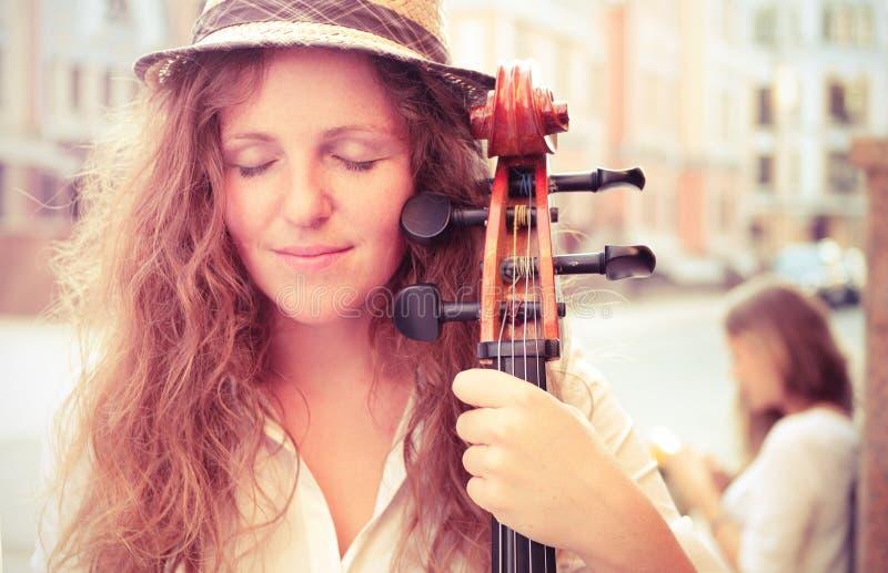 Retrato de la mujer del músico de la calle imagen de archivo