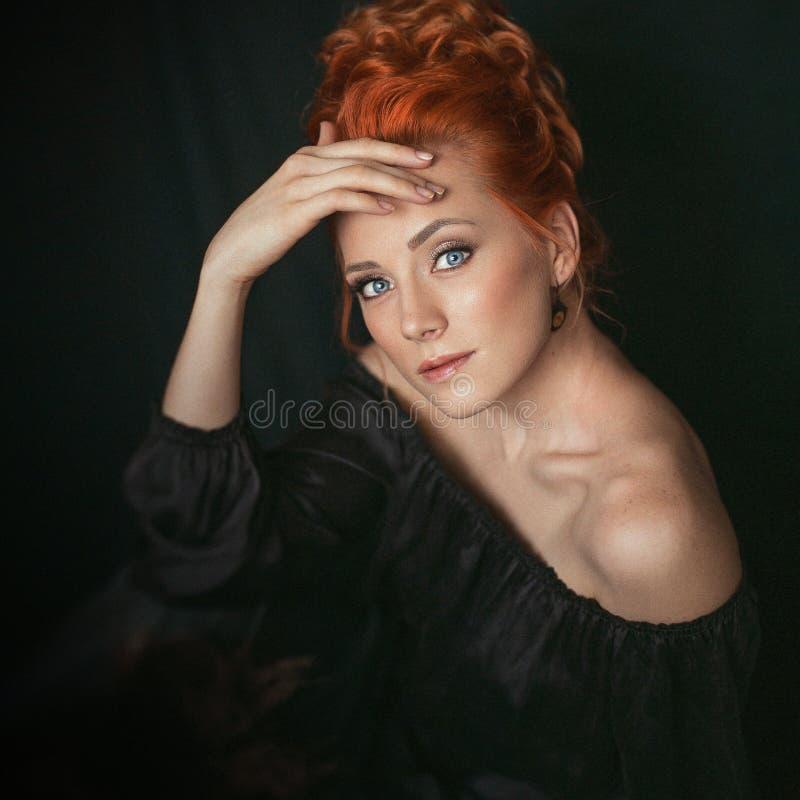 Retrato de la mujer del pelirrojo con los ojos azules en estilo del vintage imágenes de archivo libres de regalías