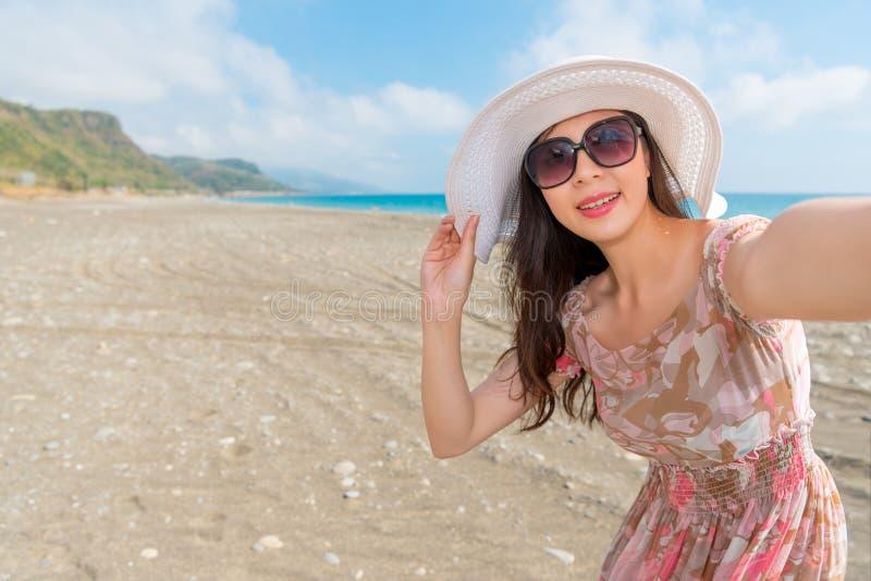 Retrato de la mujer del selfie que toma la imagen personal imágenes de archivo libres de regalías