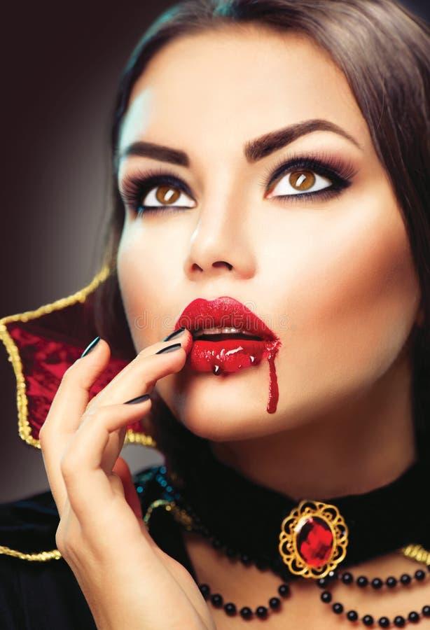 Retrato de la mujer del vampiro de Halloween Vampiro atractivo de la belleza fotografía de archivo libre de regalías