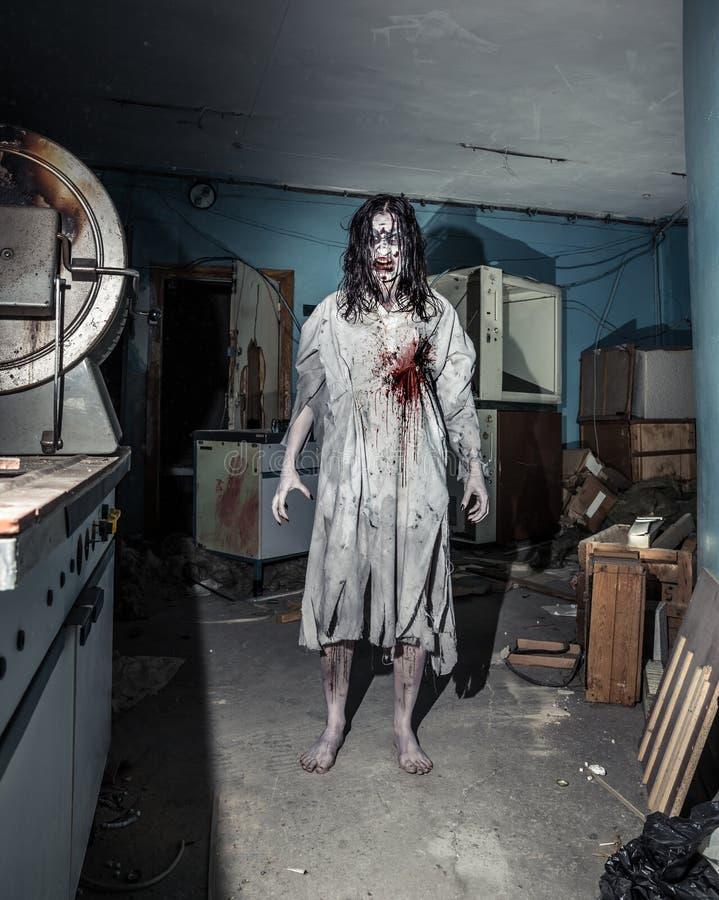 Retrato de la mujer del zombi del horror Víspera de Todos los Santos imagenes de archivo