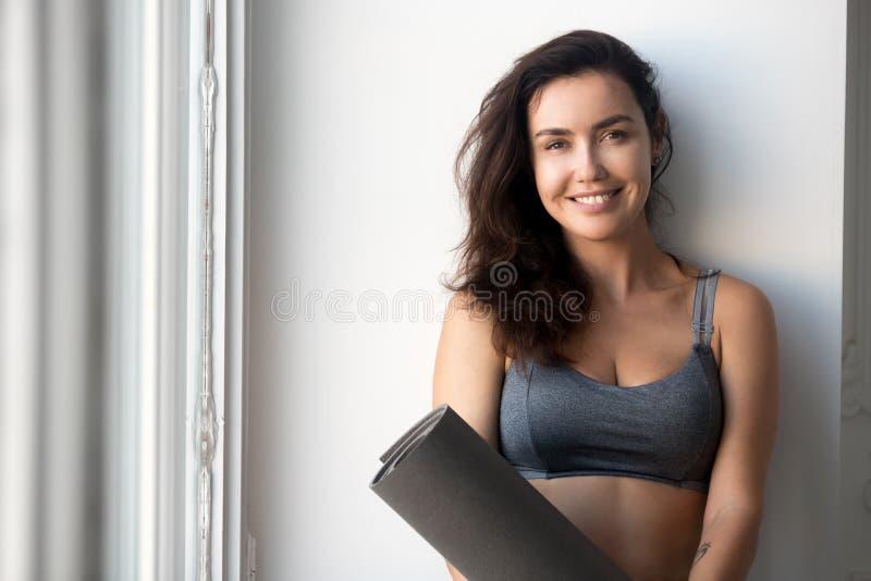 Retrato de la mujer deportiva sonriente, de la yoga, de pilates o del instr de la aptitud imágenes de archivo libres de regalías