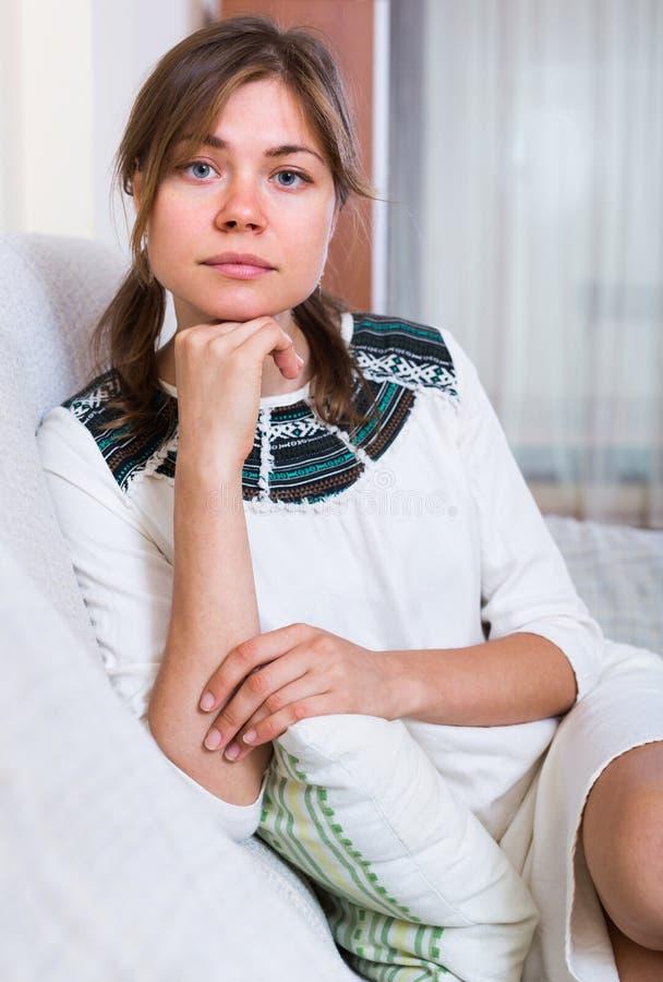 Retrato de la mujer desgraciada en casa fotos de archivo