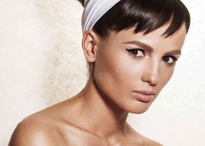 Retrato de la mujer elegante con el peinado y el maquillaje retros fotografía de archivo libre de regalías