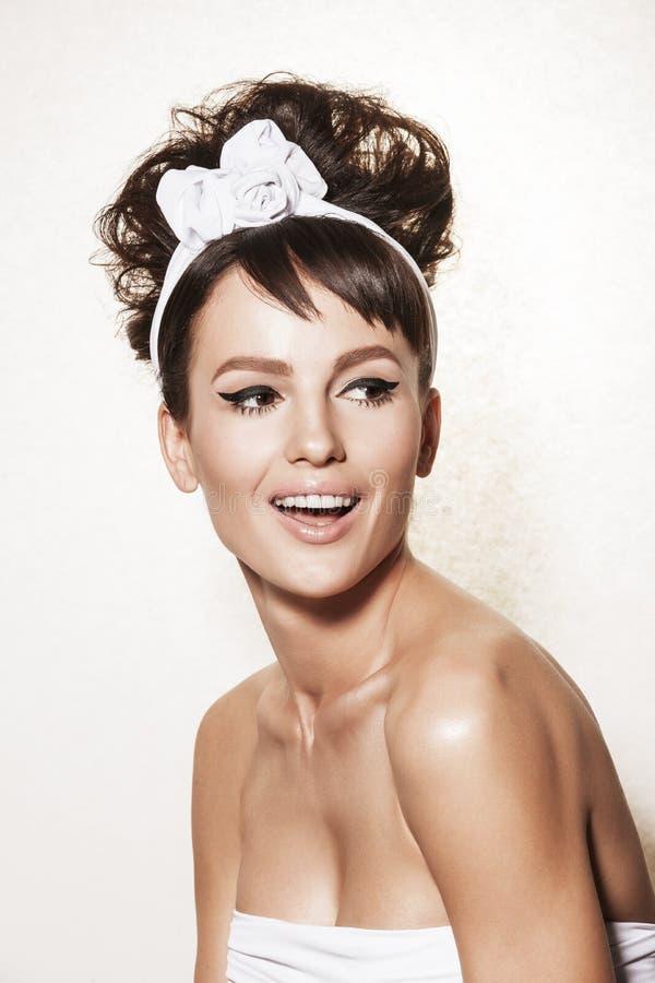 Retrato de la mujer elegante con el peinado y el maquillaje retros foto de archivo libre de regalías