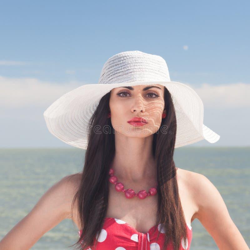 Retrato de la mujer elegante en la playa imagenes de archivo