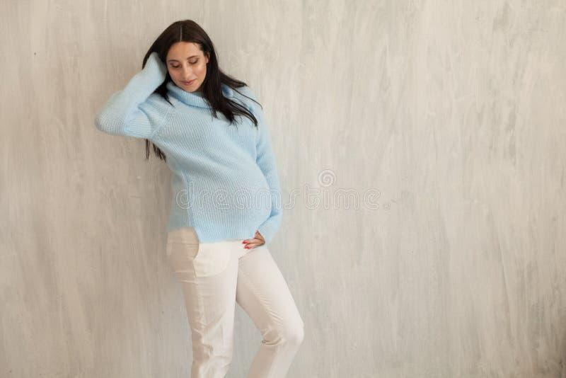 Retrato de la mujer embarazada hermosa antes del hogar del parto imágenes de archivo libres de regalías