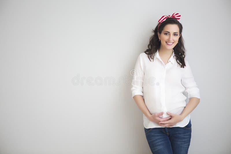 Retrato de la mujer embarazada sonriente de los jóvenes fotos de archivo libres de regalías